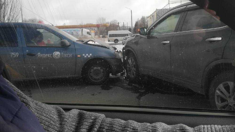 Такси попало в ДТП на выезде из Брянска