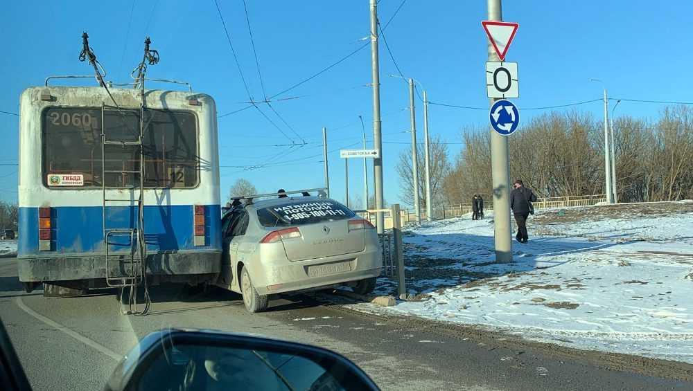 В Брянске ДТП с троллейбусом возле «Аэропарка» вызвало огромную пробку