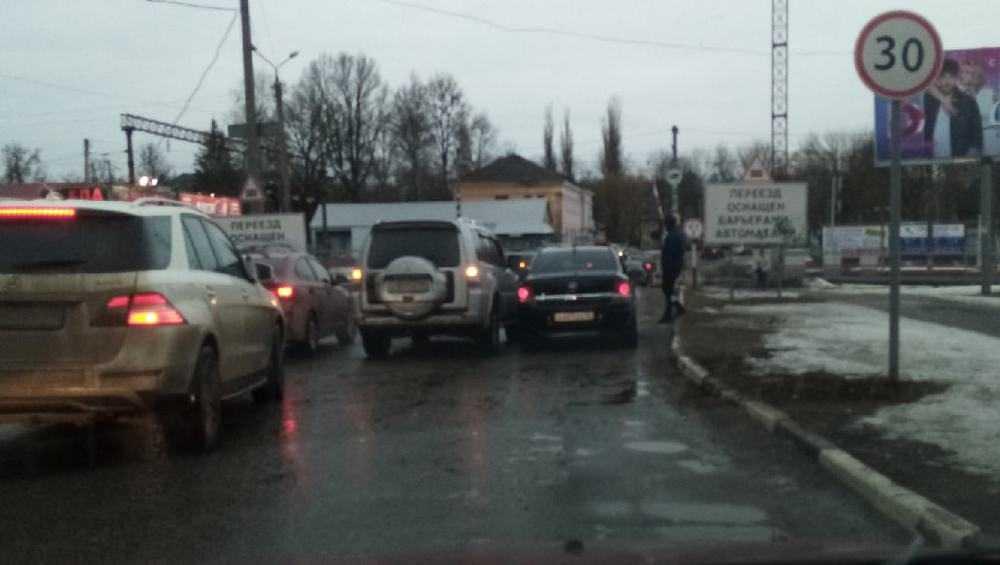 В Брянске два автомобиля столкнулись на переезде на Почтовой
