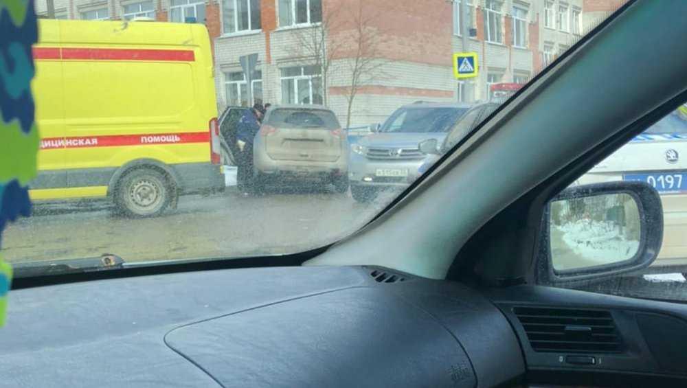 В Брянске на пешеходном переходе возле школы №36 кроссовер снес ограду