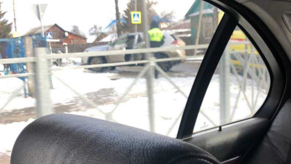 В Брянске на пешеходном переходе возле школы №36 кроссовер снес забор