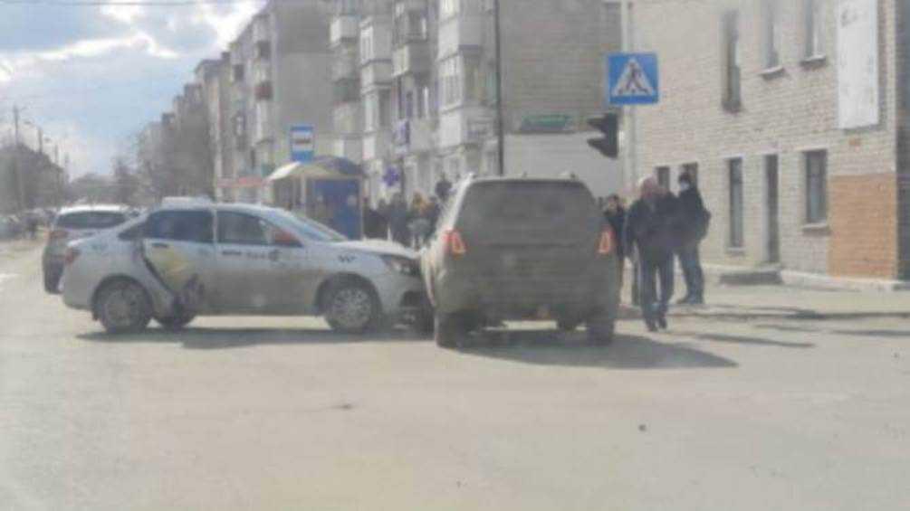 В Новозыбкове Брянской области не поделили дорогу внедорожник и такси