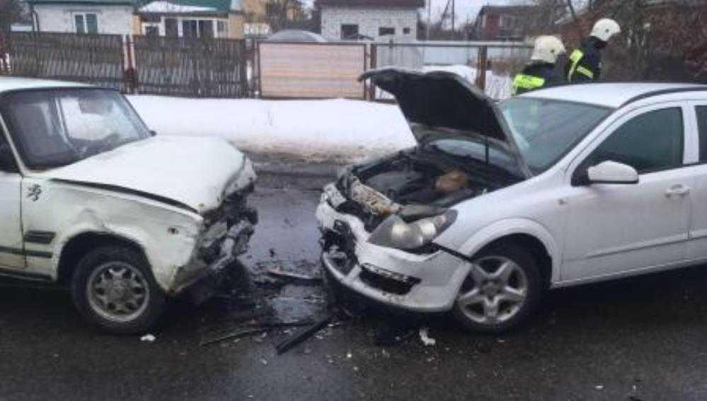 В Брянске в ДТП с 2 легковушками и автобусом пострадали три человека