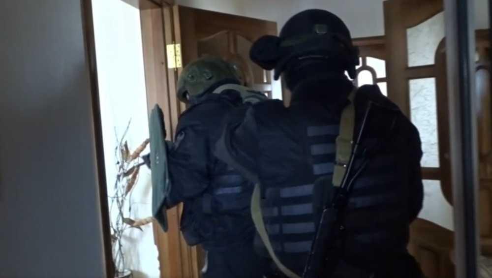 В Брянске за экстремизм задержали 53-летнюю женщину и двоих мужчин