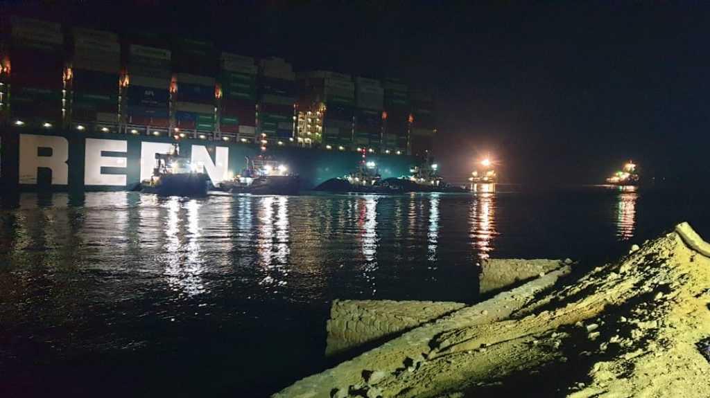 Заблокировавший Суэцкий канал контейнеровоз Ever Given сняли с мели