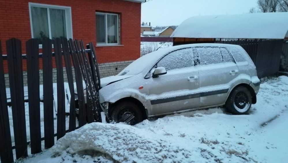 В Брянском районе легковушка протаранила забор жилого дома