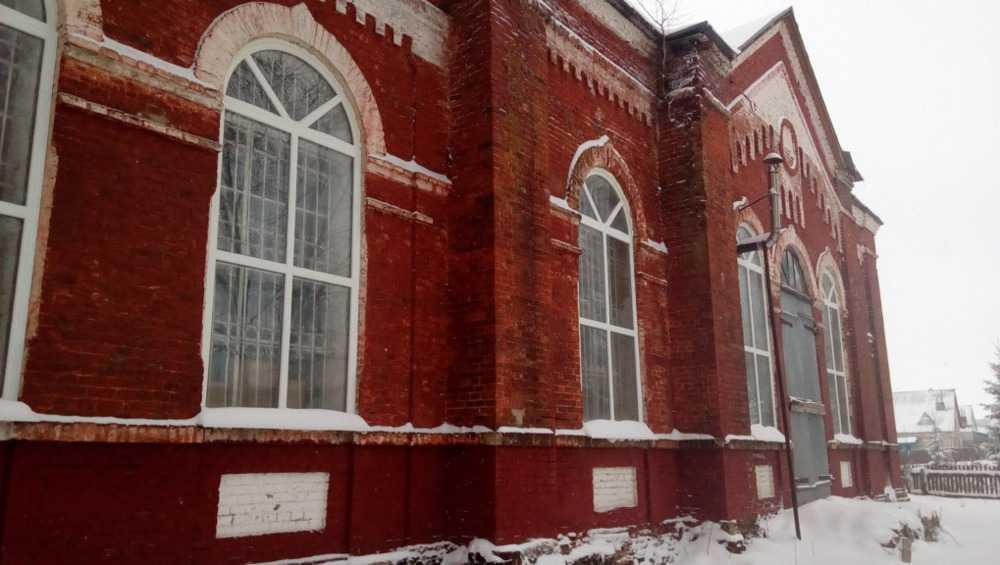 В брянском селе Плюсково в реставрируемом храме обновили окна