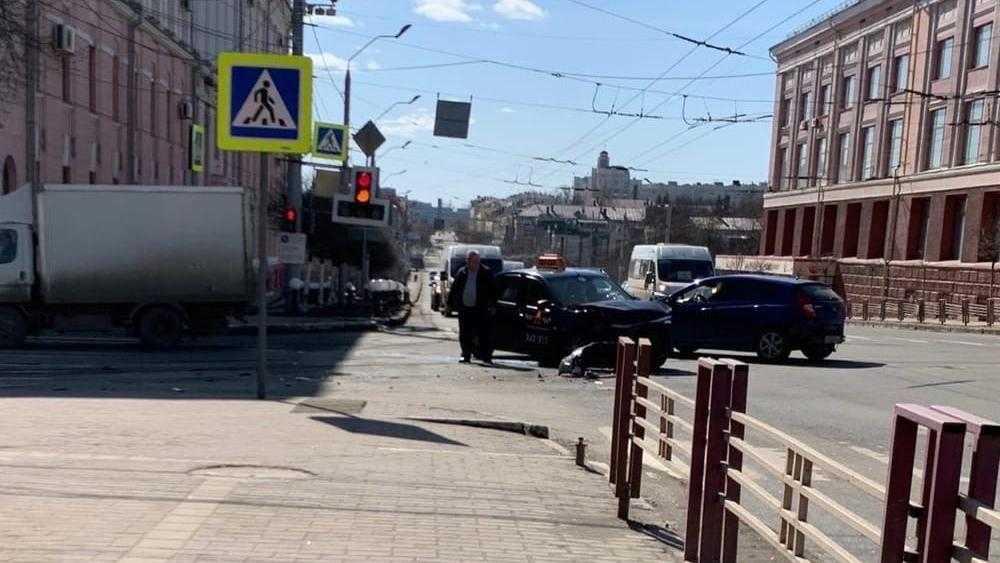 В Брянске в массовой аварии на перекрестке у ЦУМа пострадали 4 человека
