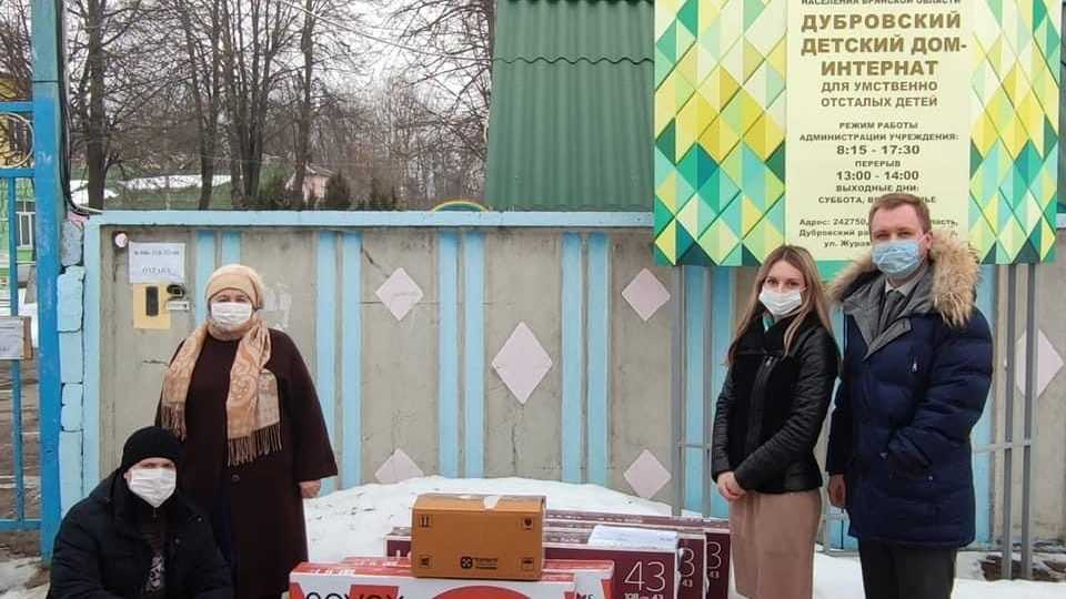 Брянские адвокаты подарили сиротам телевизоры и лекарства