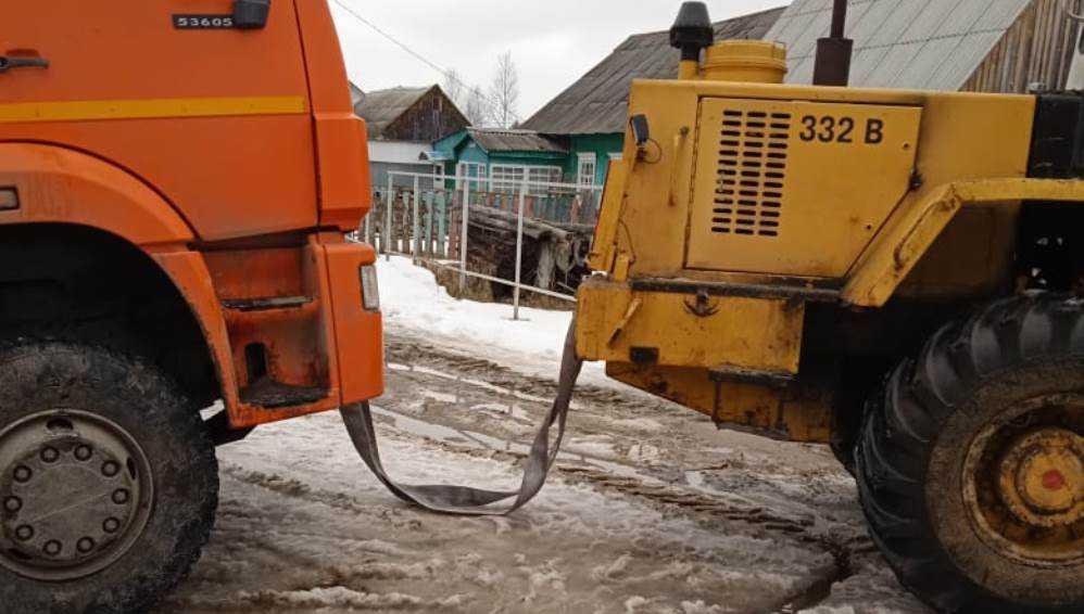 В Навле возле контейнерной площадки в снегу застрял мусоровоз