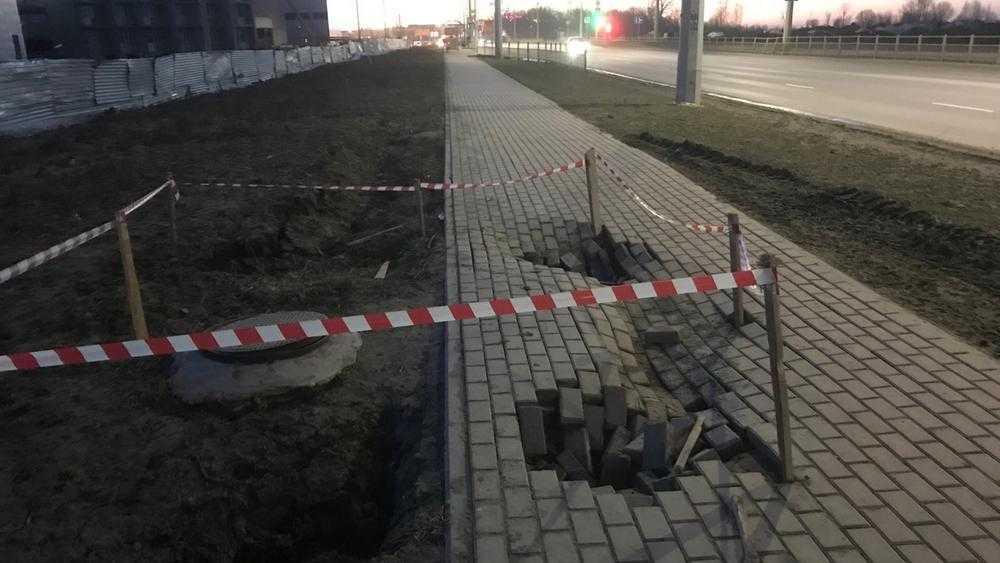 В Брянске образовались глубокие провалы на новом тротуаре на Советской