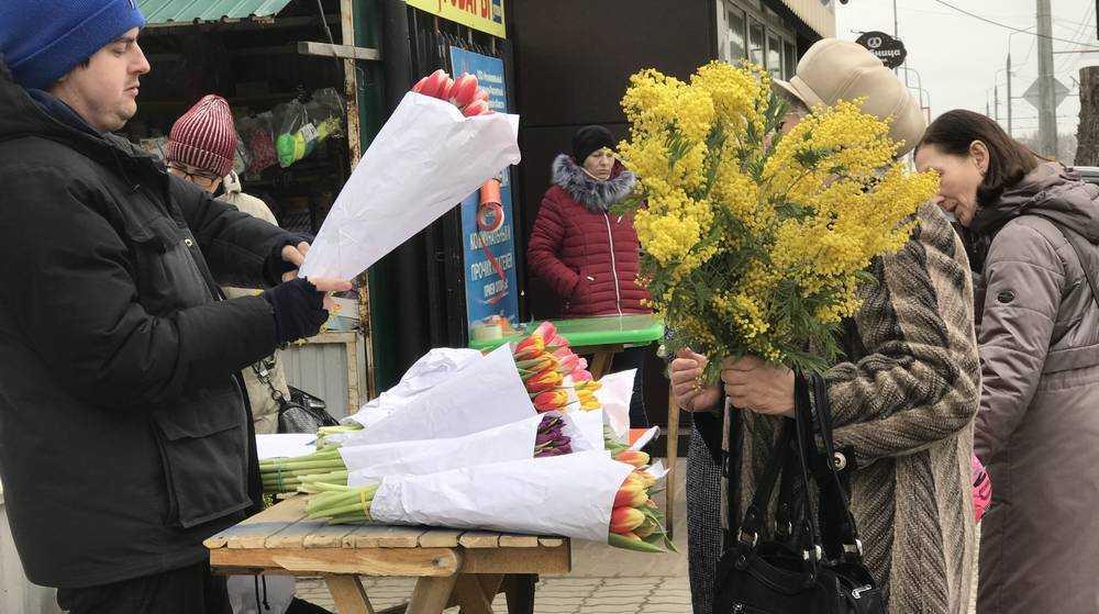 В Брянске 8 марта продолжился цветочный ажиотаж на рынках и в киосках