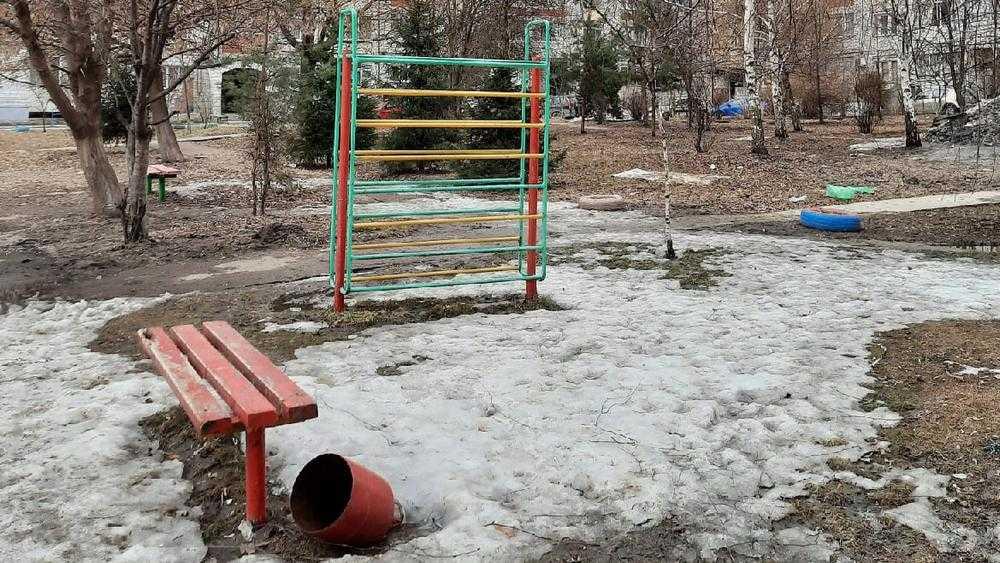 Жительница Брянска отчаялась из-за вечной разрухи детских площадок