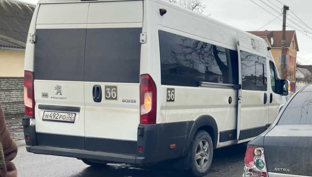 В Брянске на улице Бежицкой столкнулись маршрутка № 36 и легковушка