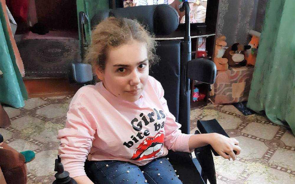 В Брянске фонд подарил 13-летней девочке кресло-коляску на электроприводе