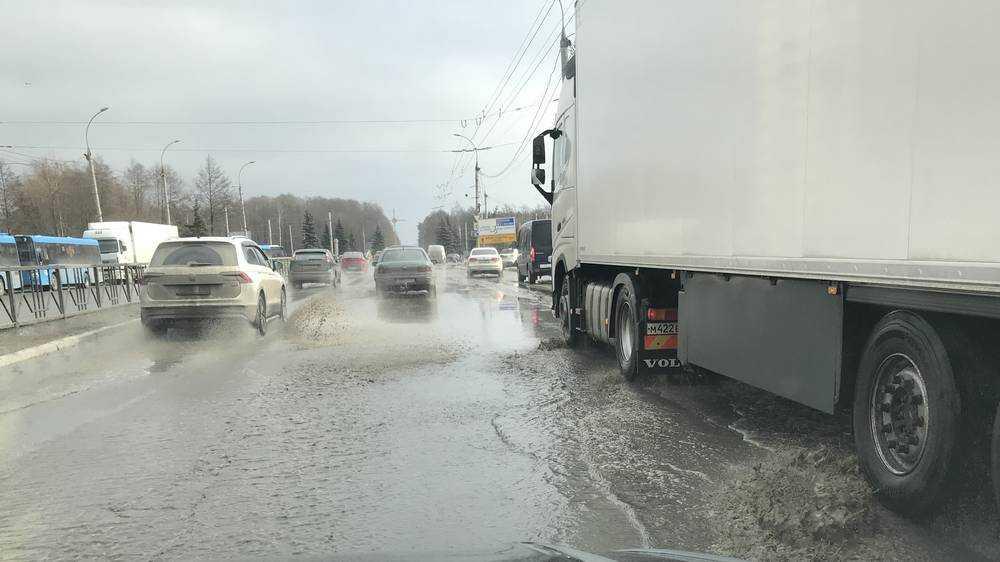 Автомобили утонули в грязевых ваннах на Московском проспекте Брянска