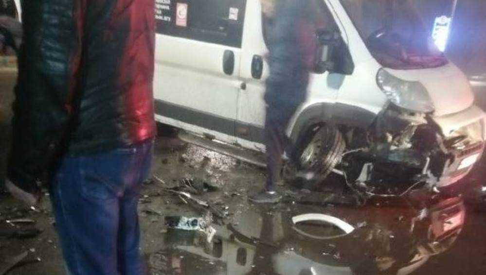 В Брянске маршрутка после столкновения с такси потеряла колесо