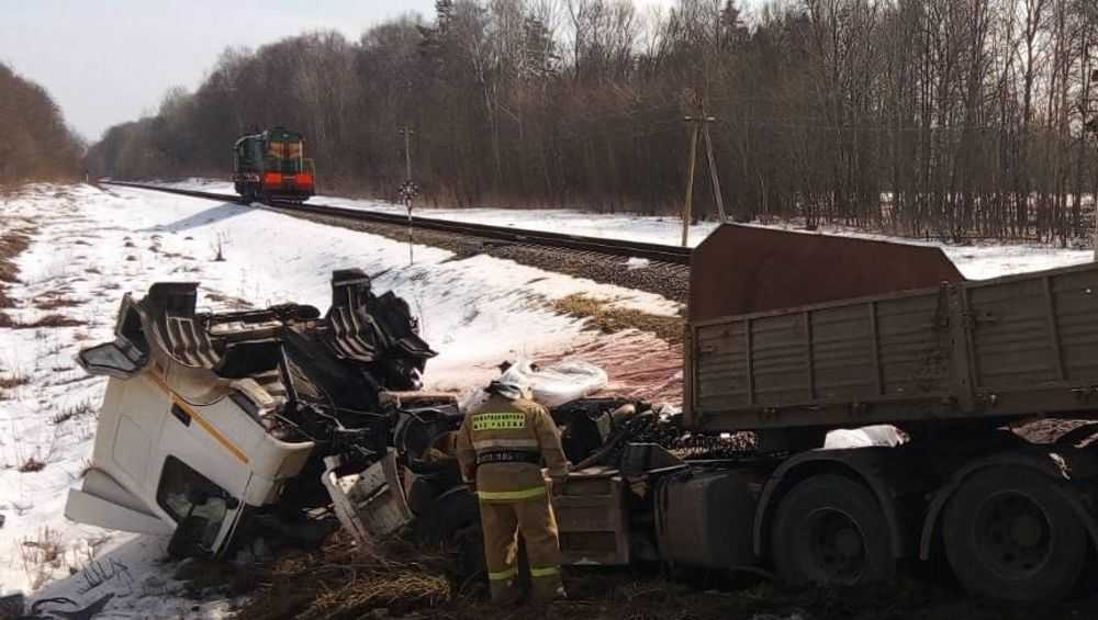 Тепловоз раздавил КамАЗ на железнодорожном переезде под Стародубом