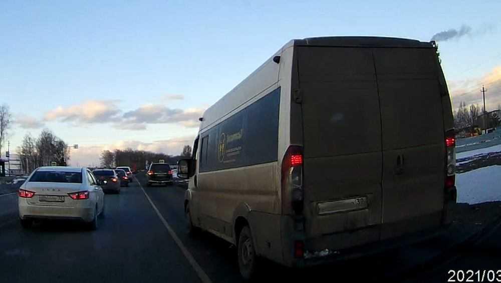 Брянский водитель зафиксировал массовый объезд пробки по обочине