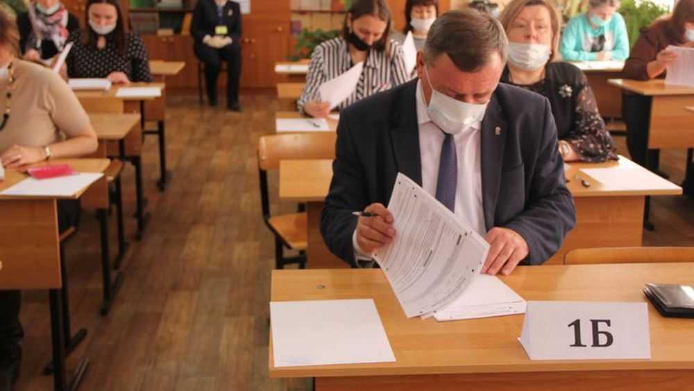 Заместитель брянского губернатора сдал ЕГЭ вместе с родителями выпускников