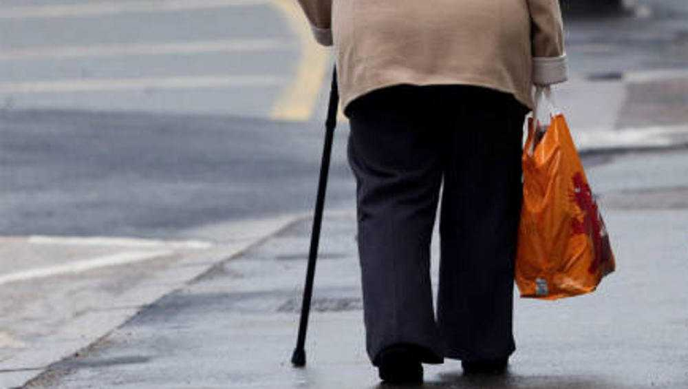 В Брянске на улице мужчина отобрал кошелек у 70-летней пенсионерки