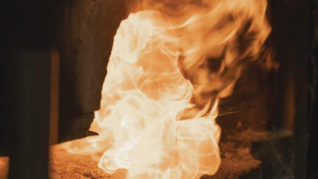 Мать облила бензином и подожгла 8-летнего сына