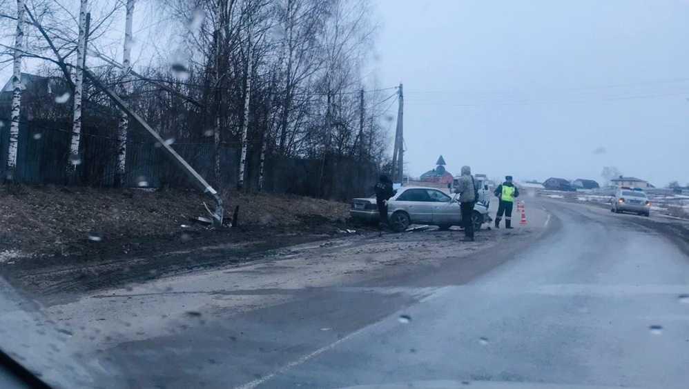 Под Брянском на дороге к аэропорту иномарка снесла столб