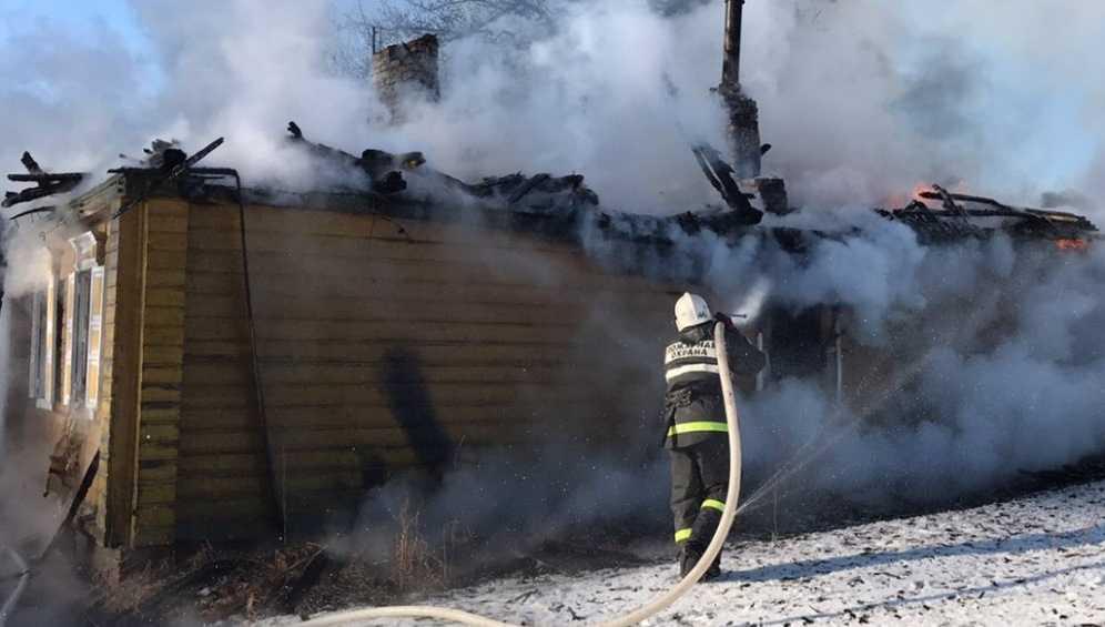 Под Погаром горевший дом потушили за 4 часа – пострадал человек