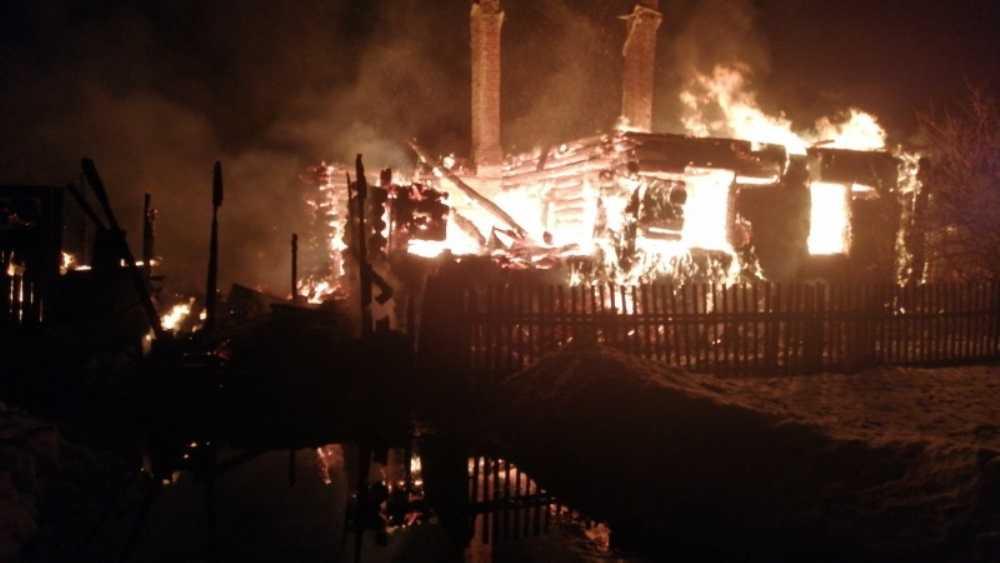 Под Дятьковом утром во дворе сгорели жилой дом и четыре сарая