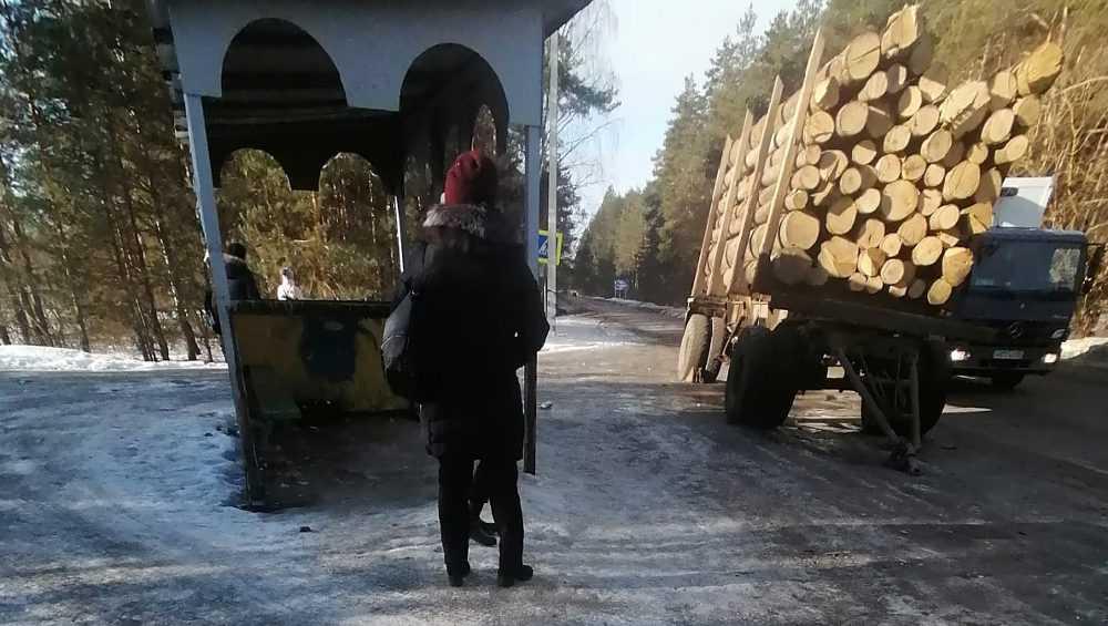 Брошенный прицеп с лесом заблокировал остановку возле Свени