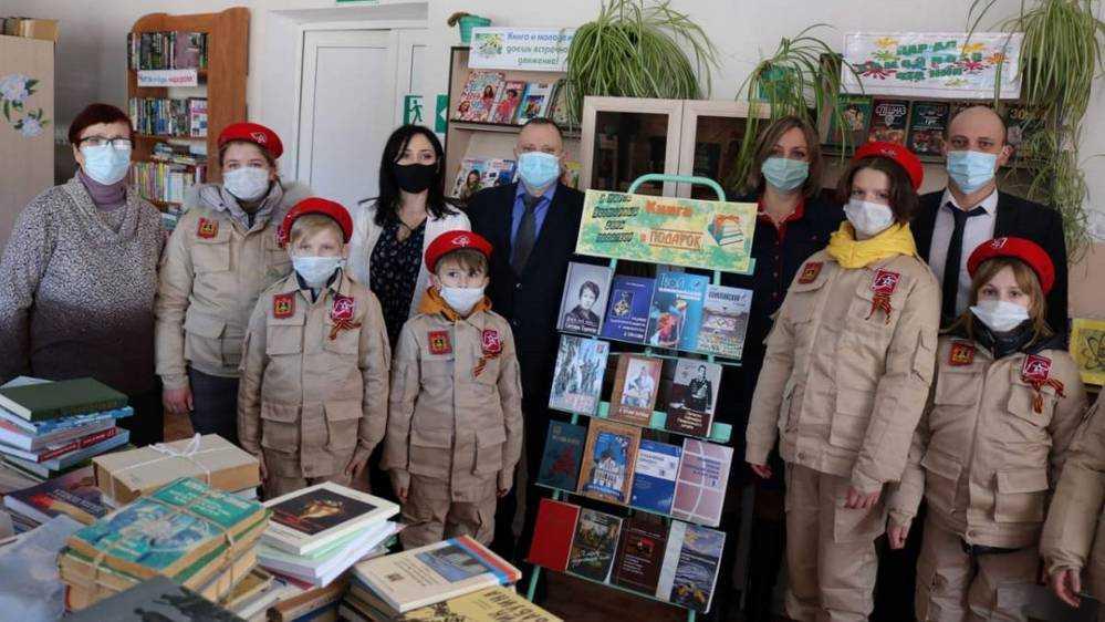 Владимир Пронин пополнил книжный фонд сельской библиотеки в Красногорском районе