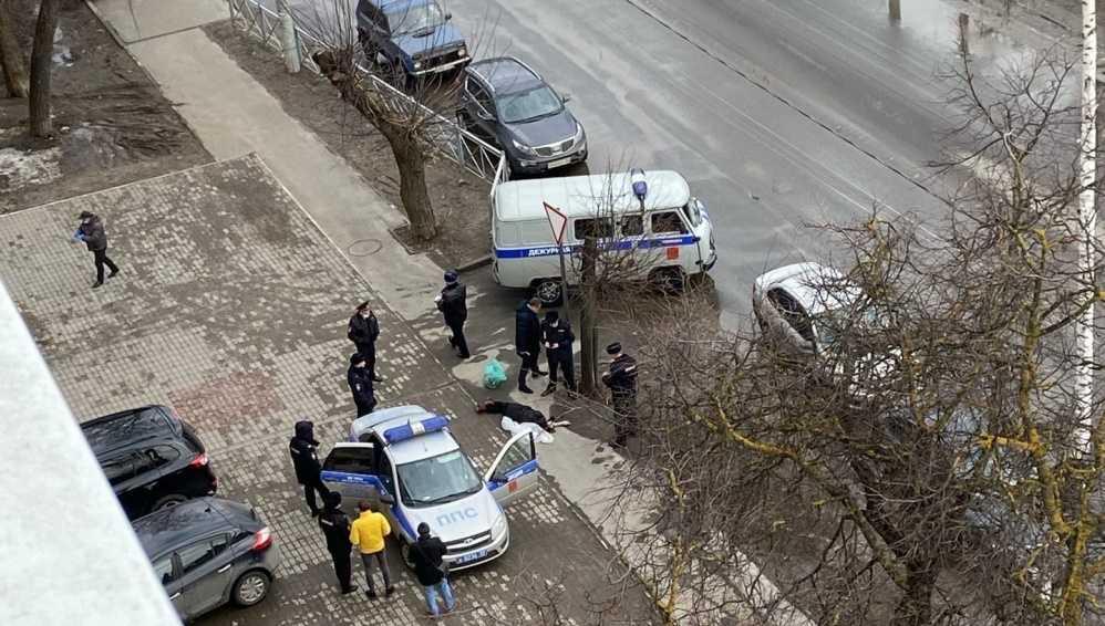 В Брянске на улице 22-го Съезда у дороги обнаружили погибшую женщину