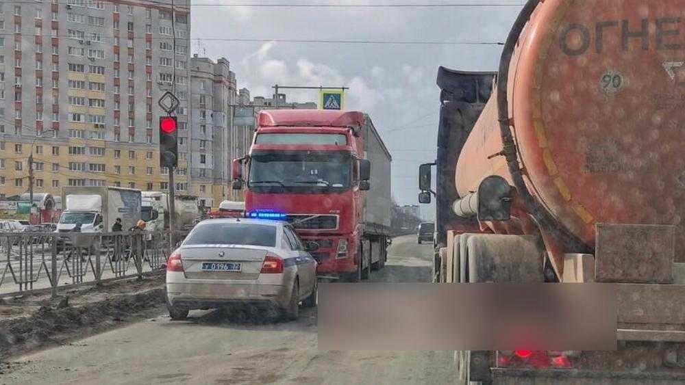 В Брянске иностранец на фуре по ошибке перекрыл Московский проспект
