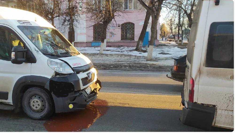 В Брянске возле Стальзавода столкнулись легковушка и две маршрутки