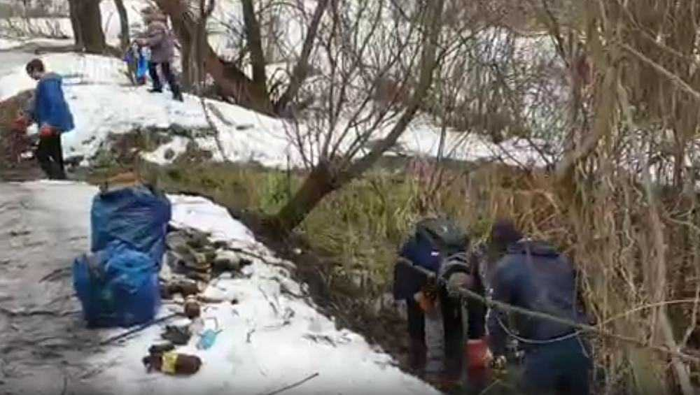 В Белых Берегах подростки очистили ручей от мусора