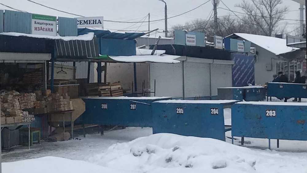 Баррикадой заблокировали проход к павильонам на Володарском рынке Брянска