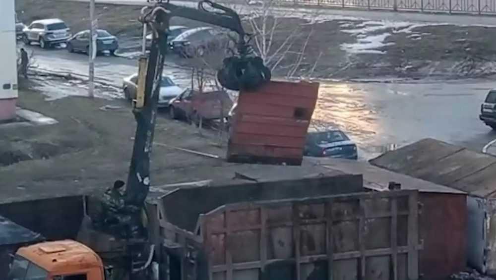 В Брянске приступили к сносу незаконно установленных во дворах гаражей