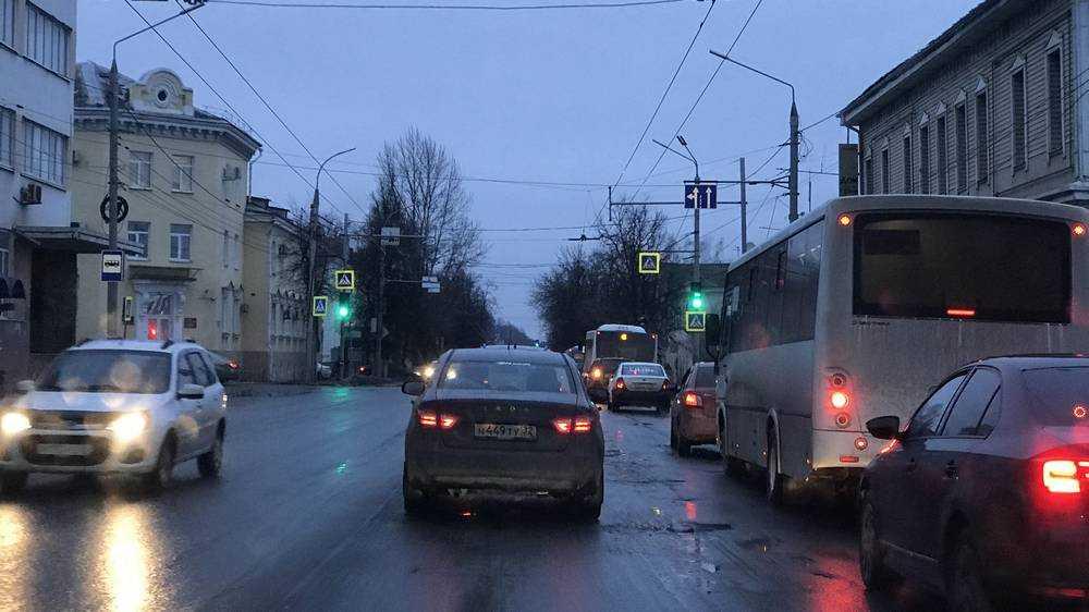 В Брянске включенный светофор на улице Калинина стал собирать пробки