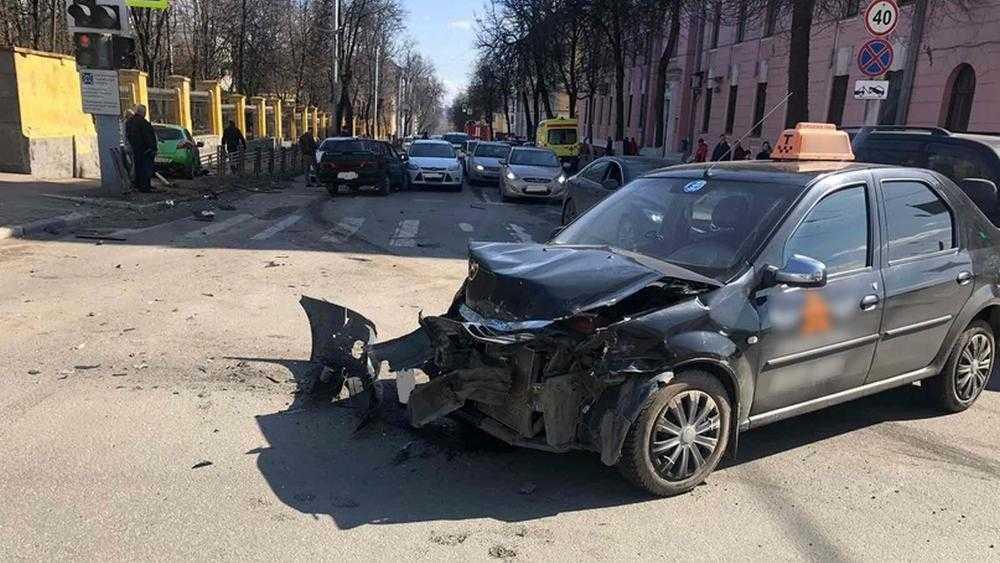 Брянская полиция назвала водителя ВАЗ виновником массового ДТП возле ЦУМа