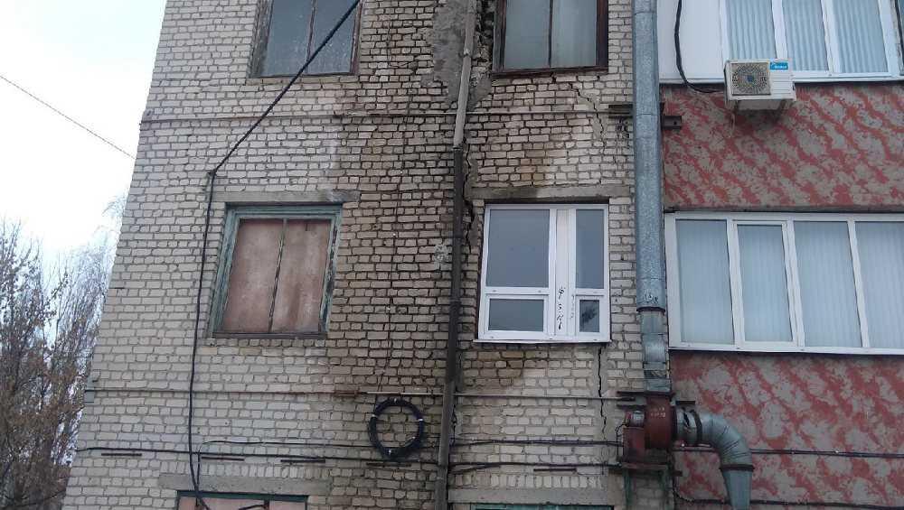 Брянцев встревожила огромная трещина в доме на улице Протасова