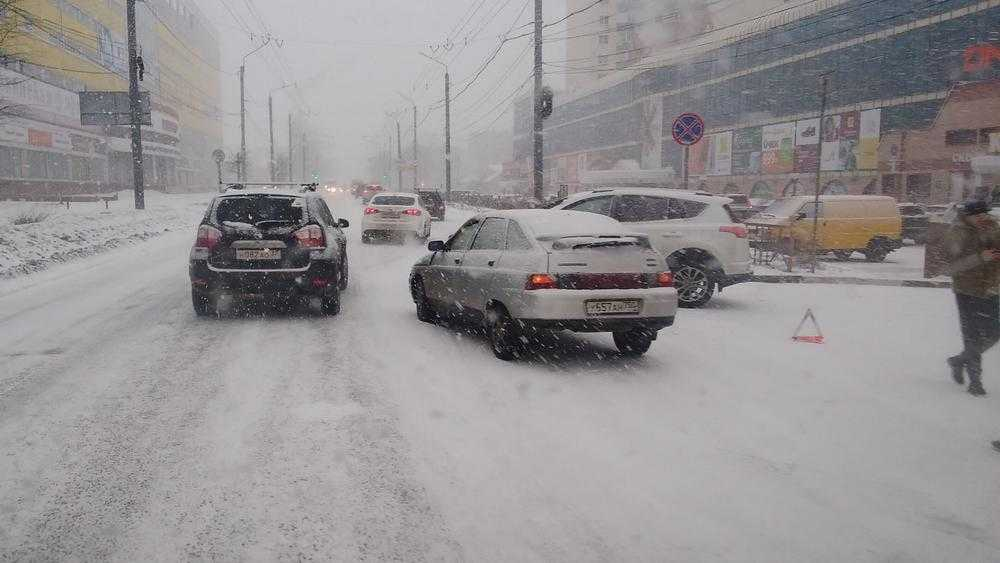 В Брянске во время снегопада возле «Мельницы» случилось серьезное ДТП
