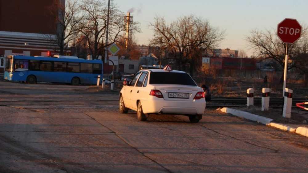 Практические занятия на переезде для курсантов автошколы провели железнодорожники в Брянске