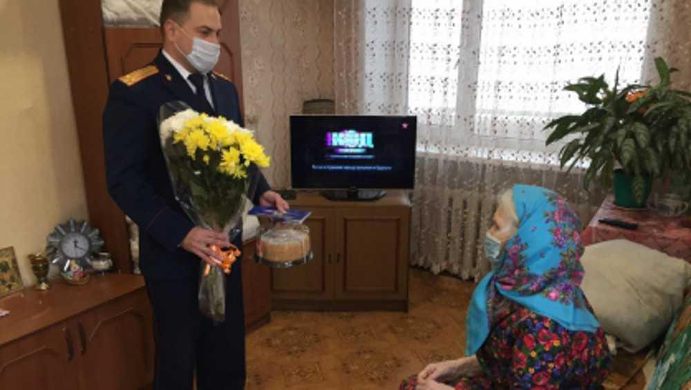 В Клинцах следователи поздравили ветерана войны Анну Морозову
