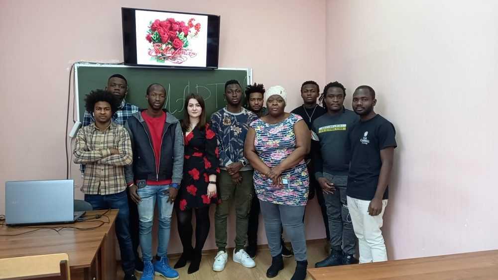 Брянских женщин с 8 Марта поздравили иностранные студенты