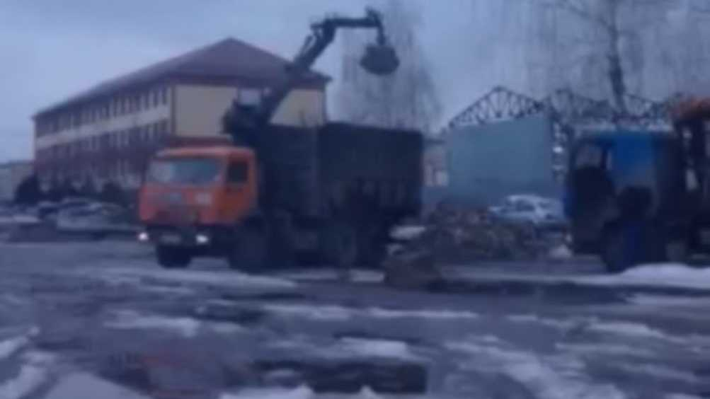 В Брянске водитель погрузчика за деньги устроил стихийную свалку