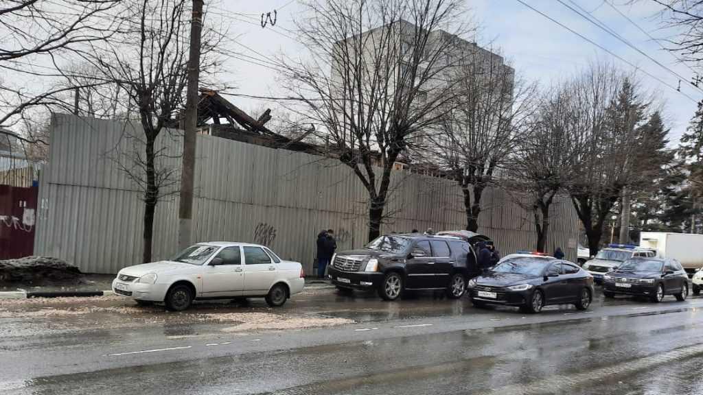 Сотрудники полиции в центре Брянска осмотрели подозрительный чёрный Cadillac