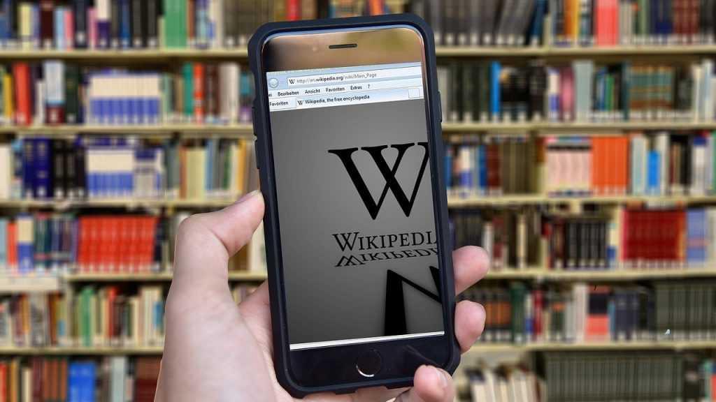 «Википедия» решила брать плату