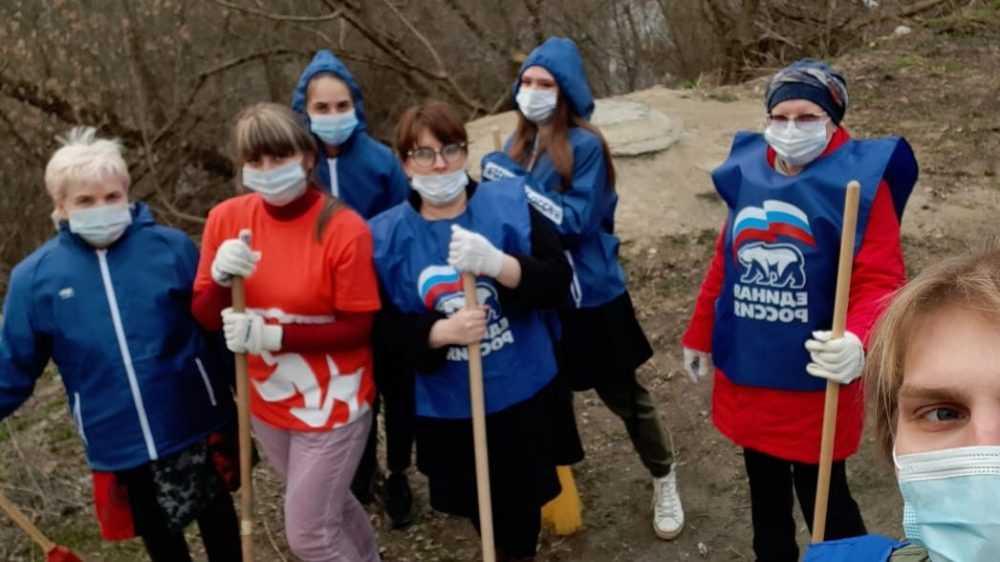 В Брянске убирают свалку единороссы и администрация Бежицкого района