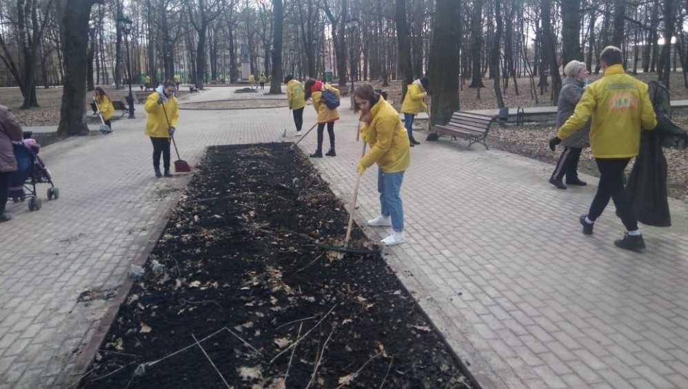 В Брянске 30 парней и девушек очистили от мусора два городских парка