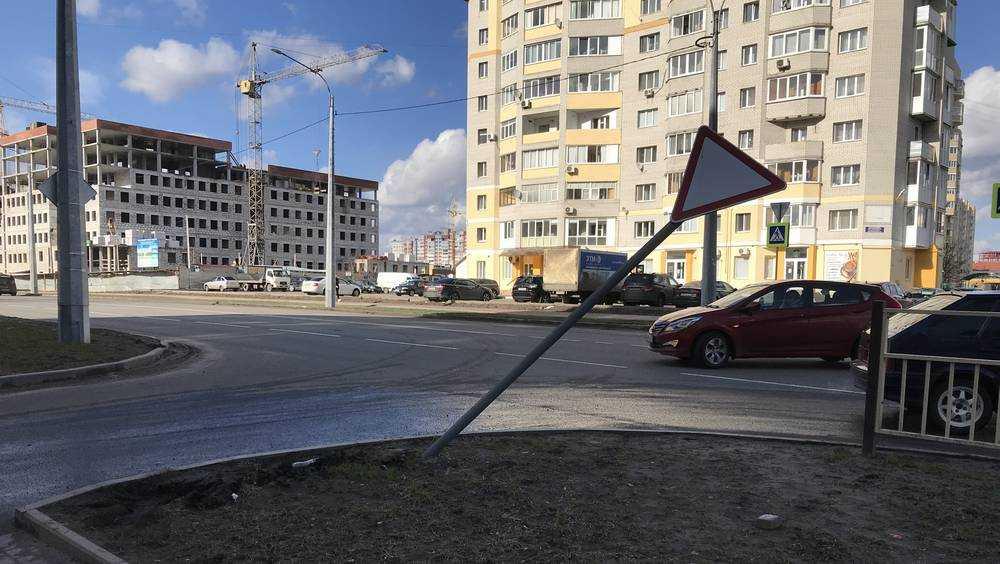 В Брянске начали сбивать знаки и разрушать бордюры на Советской улице